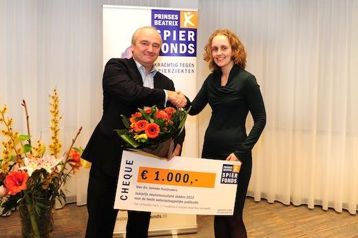 Directeur van het Prinses Beatrix Spierfonds Jan- Ite de Ruijter reikt de prijs uit aan Janneke Hoeijmakers.