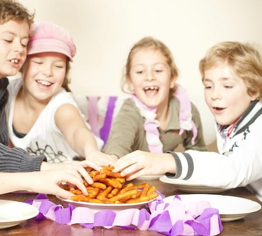 Kinderen aan tafel pakken Groentefriet