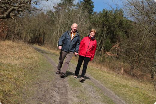 Echtpaar wandelt in het bos
