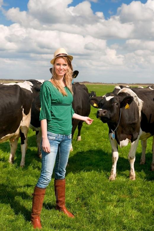 Lekker naar de Boer, vrouw bij koeien in het weiland