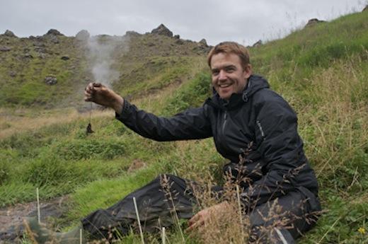 Bas Dingemans met een theezakje in de Graendalurvallei in IJsland