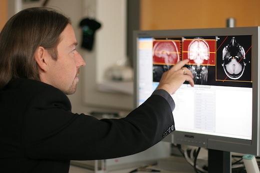 Hersenonderzoeker bestudeerd hersenscans op de computer