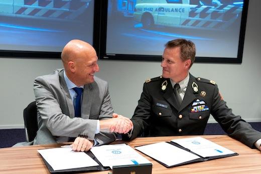 Jan Kimpen en Johan de Graaf tekenen de vernieuwde overeenkomst