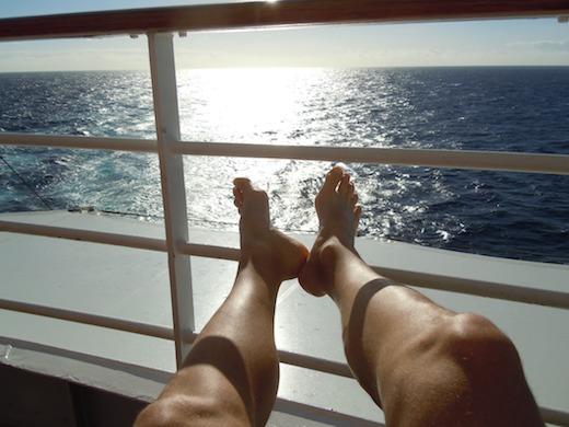 Vakantie, voeten op de reling