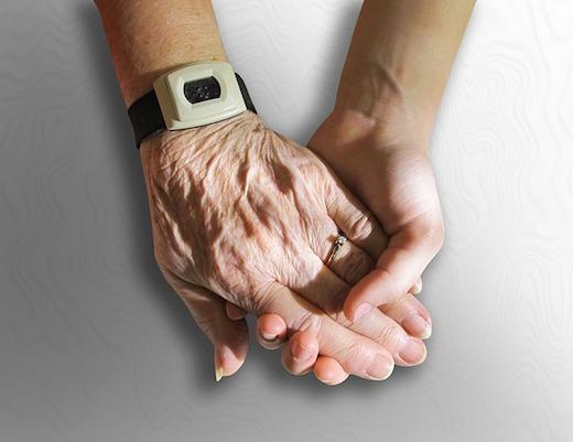 Jonge hand, oude hand, zorg, liefdevol