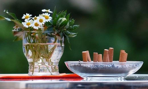 Bloemen, asbak, tafel