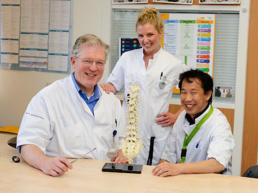 Neurochirurg Lenders met neurostimulatie team