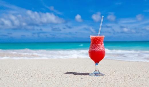Strand met cocktail