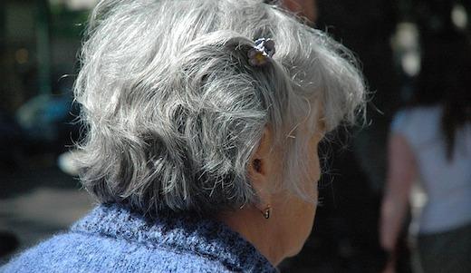 Oude dame grijze haren