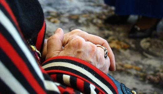 handen ring oudere dame
