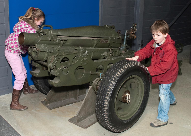 Kinderen bij artillerie