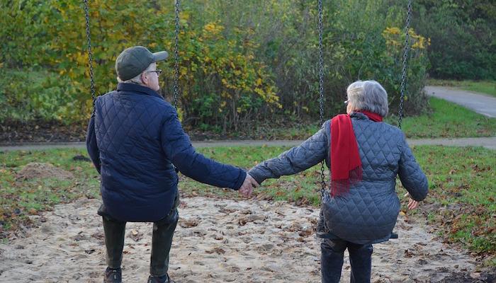 Ouderen hand in hand