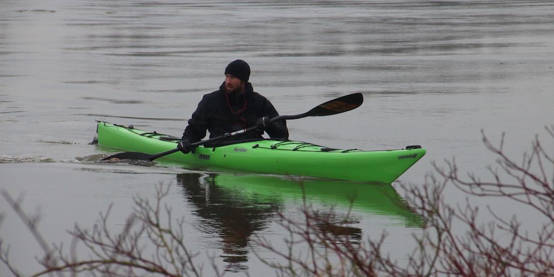 Martijn Blikman oefent op de IJssel ter voorbereiding op zijn avontuurlijke expeditie.