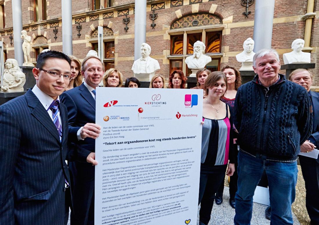 Namens de Tweede Kamer neemt Cees van der Staaij de petitie Orgaandonatie in ontvangst.