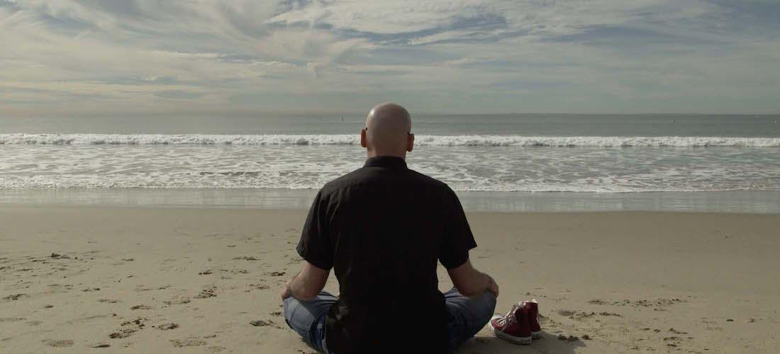Frank Uyttebroeck mediteert op het strand