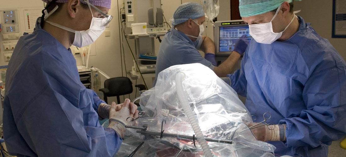 Dr. Ignace de Hingh (r) tijdens een HIPEC-behandeling in het Catharina Ziekenhuis. Fotograaf Peter Boer.
