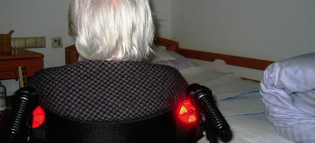 vrouw rolstoel bed