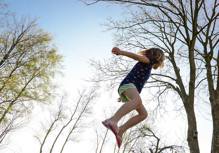 buiten spelen trampoline