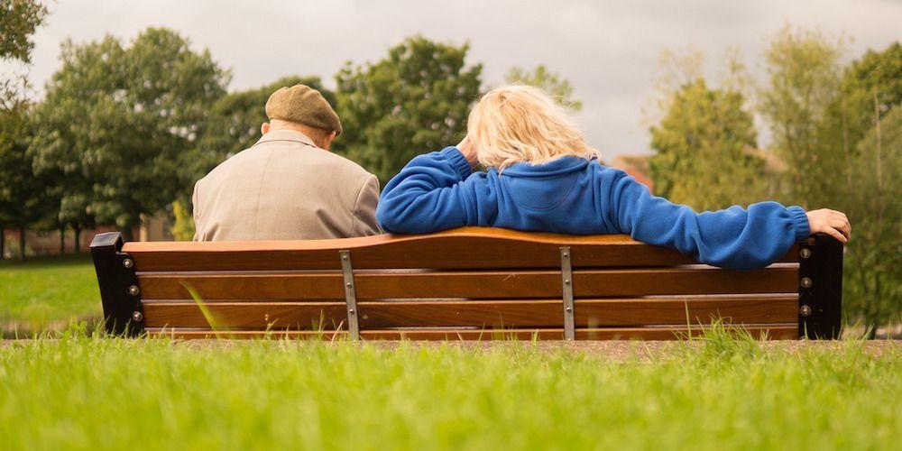 oudere man vrouw op bankje buiten
