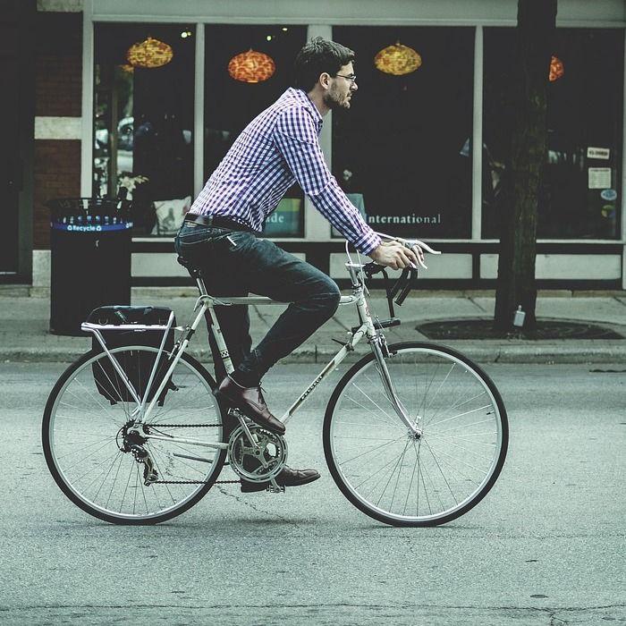 fietser op weg naar zijn werk op zijn fiets van de zaak