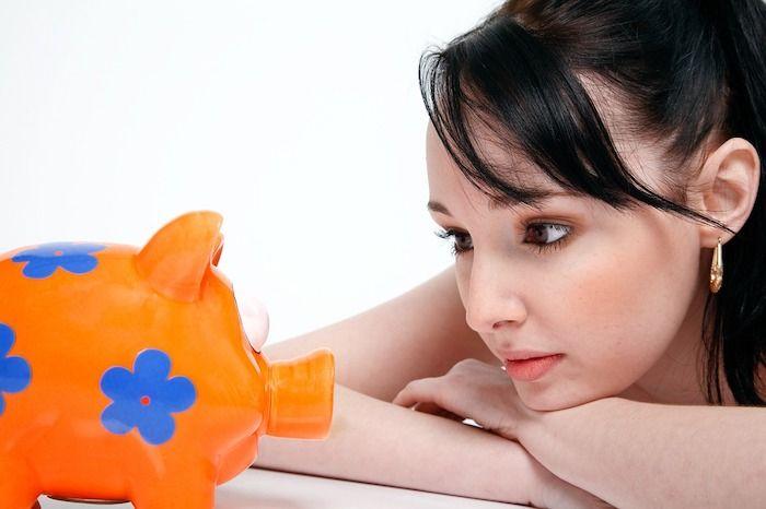 vrouw met spaarvarken