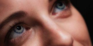 vrouw ogen contactlenzen