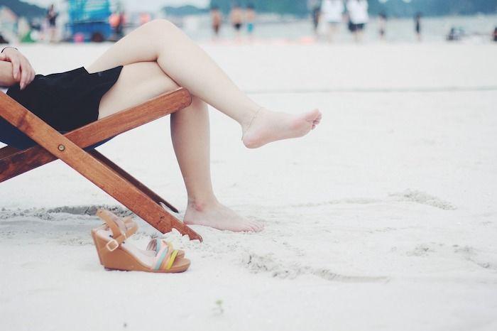 Wat te doen met ongewenste haargroei - benen op het strand