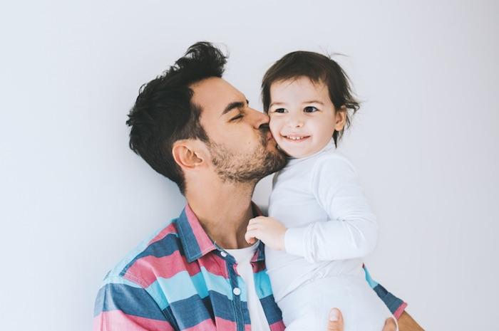 Vader met baby op de arm