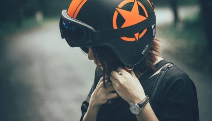 Jongedame doet haar helm op.