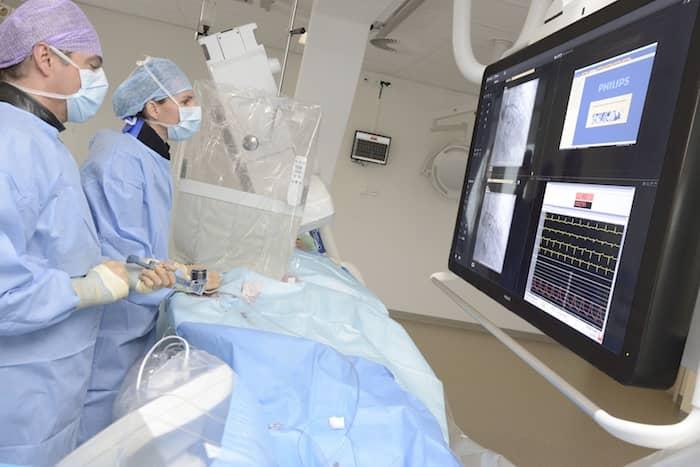 Cardioloog Inge Wijnbergen dottert een patiënt op de HCK