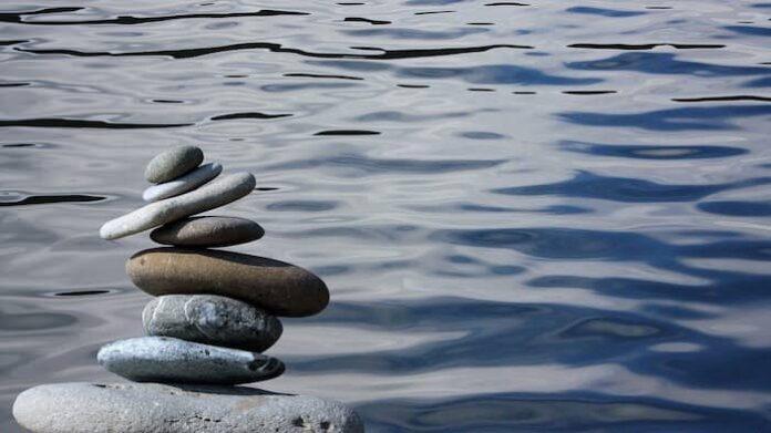 Stapel met stenen in evenwicht aan het water.