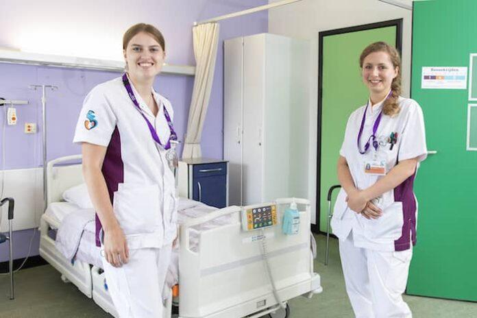 Verpleegkundigen Demy en Kim in het Albert Schweitzer ziekenhuis