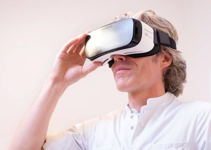 Verpleegkundige met een VR-bril op