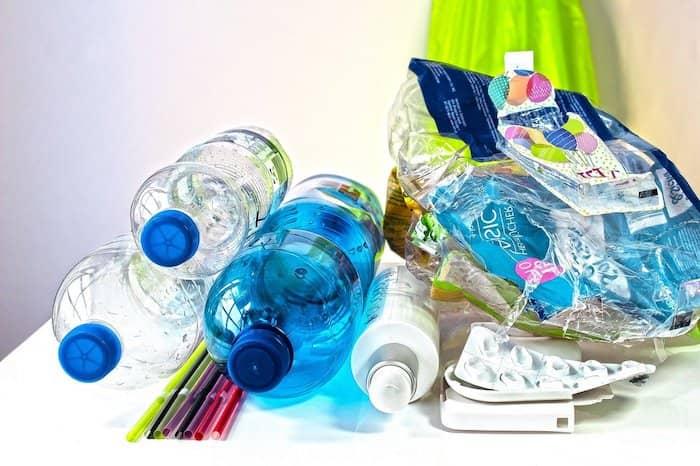 plastic afval, plastic flessen en plastic verpakkingsmateriaal