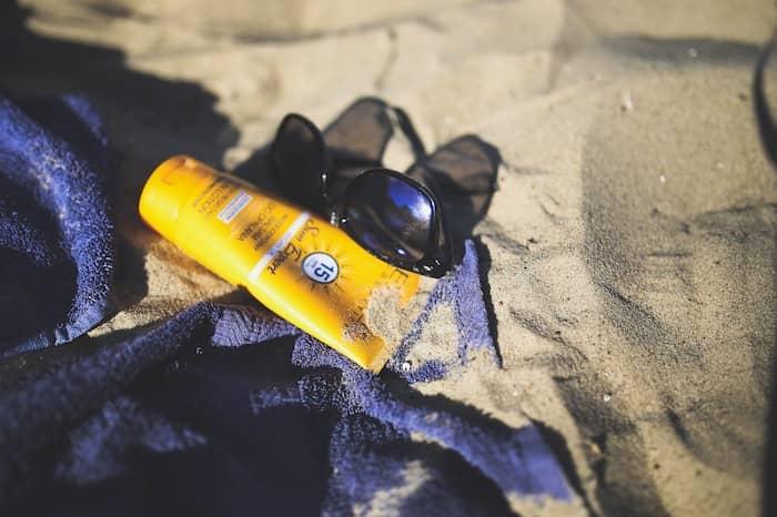 zonnebrandcrème op het strand