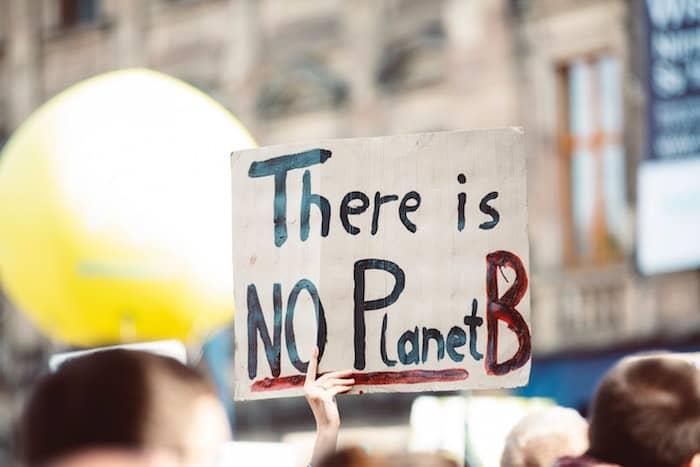 Kartonnen bord met de tekst 'There is no planet B'.