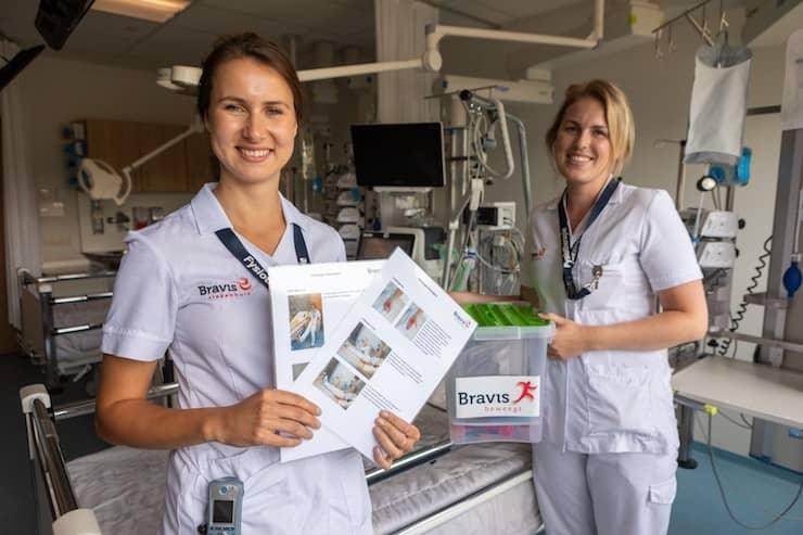 Foto: Fysiotherapeuten Annabelle de Backer (l) en Kalijn Nikkels tonen de instructiekaarten en de IC Beweegbox.
