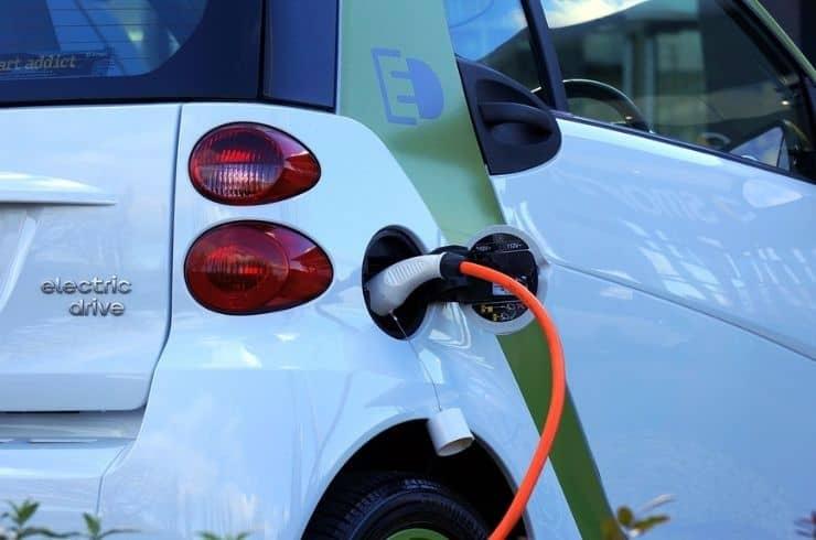 elektrische auto aan de oplader