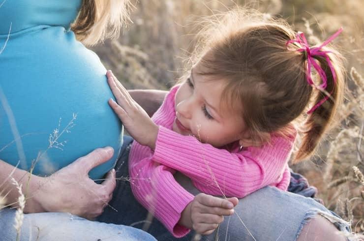 Zwangere vrouw met dochtertje