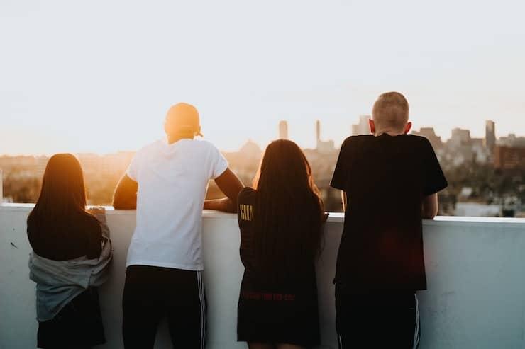 Groepje jongeren kijken uit over de stad